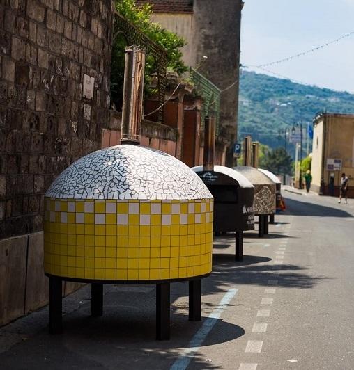 I forni allestiti in strada per la cottura delle pizze