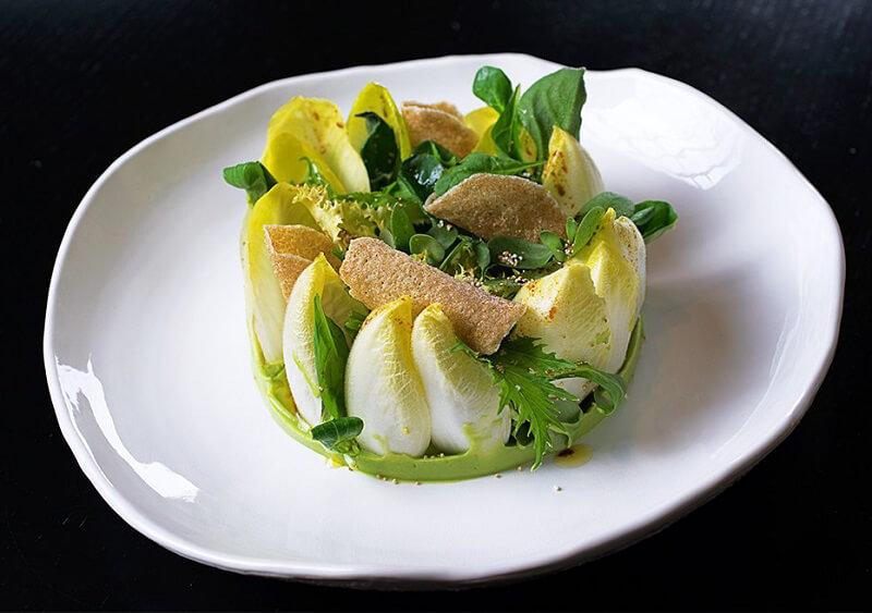 insalata con guacamole e amaranto croccante