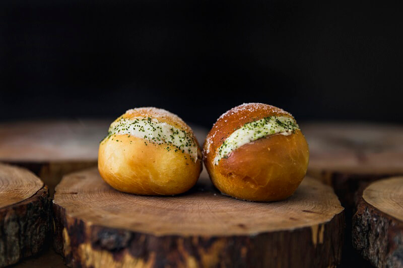 Bomba Krapfen salato con burro francese, alici spagnole e timo Ristorante Gola