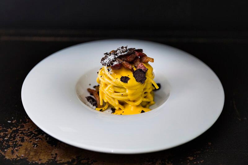 Stradizionali_ Carbonara spaghetto con uova biologiche, guanciale croccante e tartufo nero Ristorante Gola