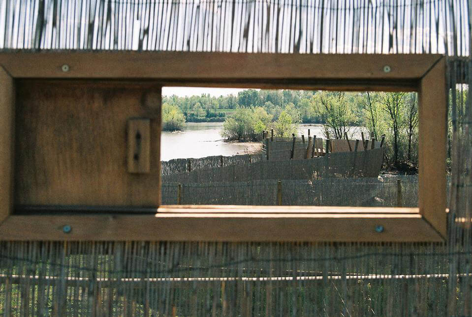 Percorso attrezzato nel Parco fluviale del Secchia (Emilia Romagna): uso dei cannicci come elementi di arredo urbano ecosostenibile. [Photocredit: http://www.domusweb.it/it/architettura/2009/12/17/x2-architettura-due-progetti-in-emilia-romagna.html ]