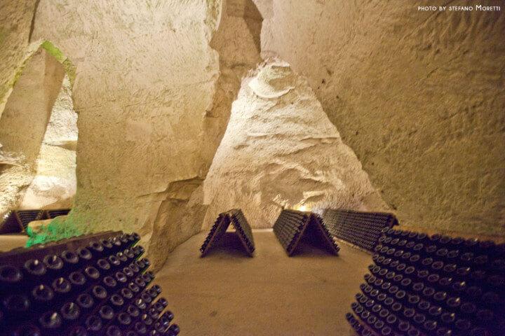 Milioni di bottiglie delle grandi Maison sono tuttora conservate nelle cantine ricavate nelle antiche cave di gesso scavate dai romani