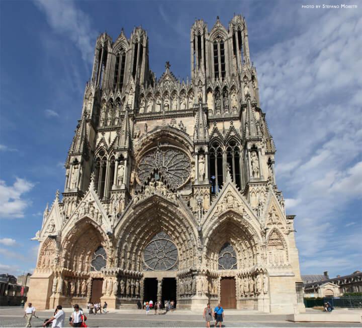 La celeberrima cattedrale di Reims, ove San  Remigio, protettore dello Champagne battezzò Clodoveo primo re cattolico di Francia
