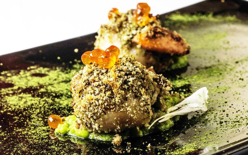 Venezia - Ristorante Antinoo, Chef Massimo Livan. Capesante di Caorle su crema di piselli con caviale Keta e crumble al basilico