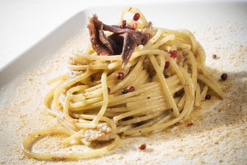 spaghetti con acciughe e molliche di pane sicilia