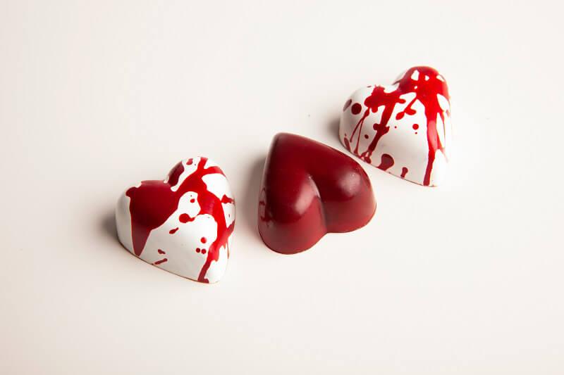 San Valentino al cioccolato Rosso_cremino fond. e confettura amarene_Rosso pollock_ cremino nocciola e crispy fragola