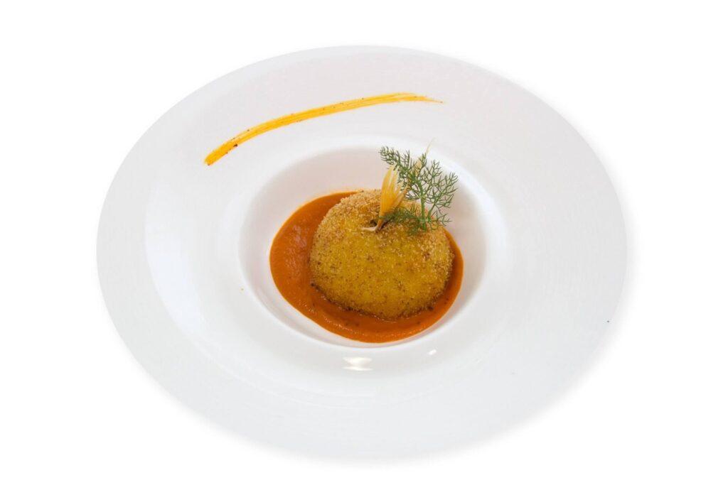 Arancina di riso con ragù di triglie e finocchietto selvatico
