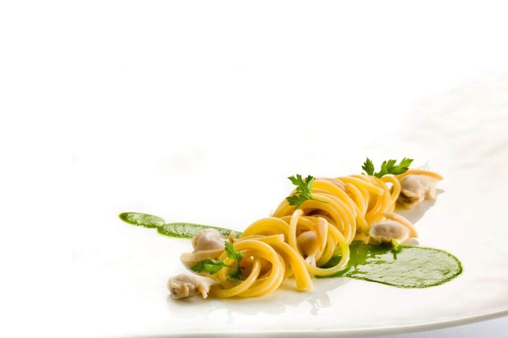 Spaghetti all'acqua di pomodoro e tartufi di mare
